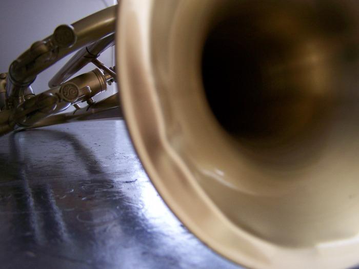 Avant débosselage d'un pavillon de trompette